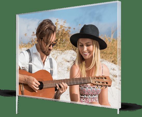 foto metacrilato ejemplo pareja playa guitarra