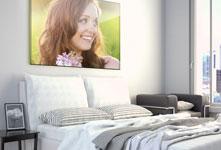 foto metacrilato sobre cama ejemplo mujer flores